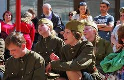 Молодые актеры выполняют на улице Стоковые Фото