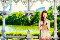 Молодые американские отсытствия вы с белой розой, сиротливой на центральном PA Стоковые Фото