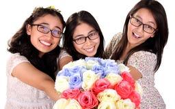 Молодые дамы давая розам изолированный букет Стоковая Фотография RF