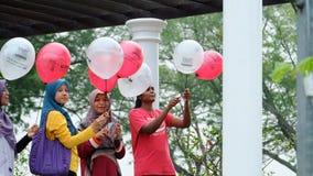 Молодые дамы с воздушным шаром Стоковое Изображение