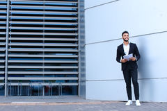 Молодые арабские усмехаться бизнесмена и документы владениями, стойки близко Стоковая Фотография RF