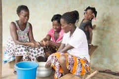 Молодые африканские женщины в деревне стоковые фотографии rf