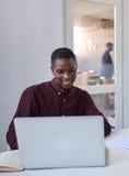 Молодые африканские предприниматели на работе в офисе Стоковые Изображения RF