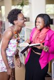 Молодые Афро-американские студенты laughting беседовать Стоковая Фотография