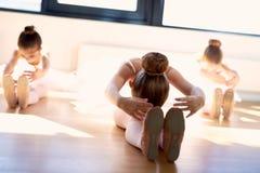 Молодые балерины делая протягивающ тренировки Стоковая Фотография RF