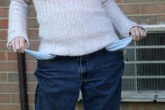 Молодые бедные сломали женщину вытягивая вне ее карманн Стоковое Изображение