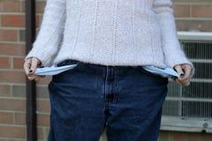Молодые бедные сломали женщину вытягивая вне ее карманн стоковое фото rf