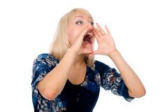 Молодые белокурые окрик и клекот женщины используя ее руки как трубка Стоковое фото RF