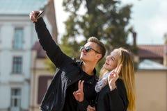 Молодые белокурые пары делая Selfie стоковые изображения rf