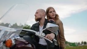 Молодые белые пары на мотоцилк акции видеоматериалы