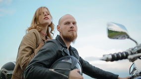 Молодые белые пары на мотоцилк видеоматериал