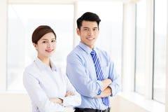 Молодые бизнесмены встречая в офисе Стоковые Изображения