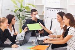 Молодые бизнесмены в офисе Стоковое фото RF