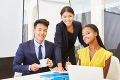 Молодые бизнесмены в start-up команде Стоковые Изображения RF