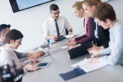 Молодые бизнесмены группы на встрече команды на современном офисе Стоковые Изображения