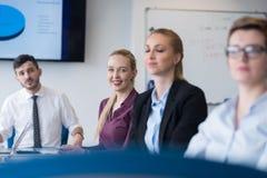 Молодые бизнесмены группы на встрече команды на современном офисе Стоковое Фото