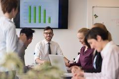 Молодые бизнесмены группы на встрече команды на современном офисе Стоковые Изображения RF