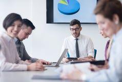 Молодые бизнесмены группы на встрече команды на современном офисе Стоковое фото RF