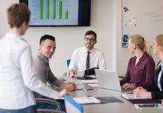 Молодые бизнесмены группы на встрече команды на современном офисе Стоковые Фотографии RF