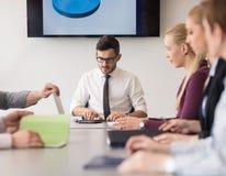 Молодые бизнесмены группы на встрече команды на современном офисе Стоковое Изображение