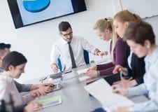 Молодые бизнесмены группы на встрече команды на современном офисе Стоковая Фотография RF