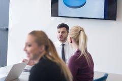 Молодые бизнесмены группы на встрече команды на современном офисе Стоковое Изображение RF