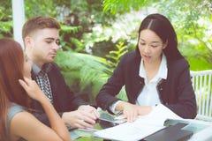 молодые бизнесмены делая встречу и говоря для анализировать matketing Стоковая Фотография RF