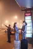 Молодые бизнесмены ждать такси Стоковые Фото