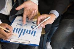 Молодые бизнесмены имея встречу в офисе бизнесмен Стоковые Фотографии RF