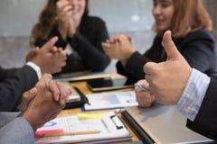 Молодые бизнесмены имея встречу в офисе бизнесмен sh Стоковое Изображение RF