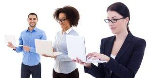 Молодые бизнесмены используя компьтер-книжки изолированные на белизне Стоковые Фото