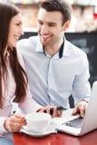 Бизнесмены используя компьтер-книжку на кафе Стоковая Фотография RF