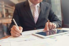 Молодые бизнесмены используя лоток и сенсорную панель Стоковые Изображения