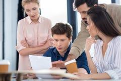 Молодые бизнесмены обсуждая новый проект на встрече Стоковая Фотография RF