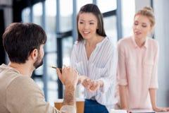 Молодые бизнесмены обсуждая новый проект на встрече Стоковые Изображения RF