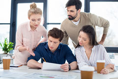 Молодые бизнесмены обсуждая новый проект на встрече Стоковое Изображение RF