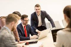 Молодые бизнесмены работают в команде в современном офисе Стоковая Фотография RF