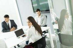 Молодые бизнесмены работая в команде Стоковые Изображения