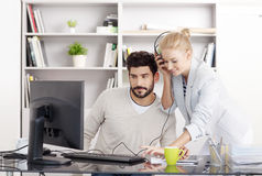 Молодые бизнесмены работая на офисе Стоковые Изображения RF