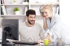 Молодые бизнесмены работая на офисе Стоковое Изображение