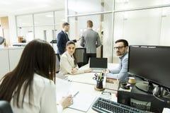 Молодые бизнесмены работая на офисе Стоковое Изображение RF