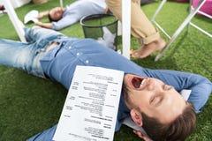 Молодые бизнесмены спать на ковре зеленой травы на современном офисе Стоковое Изображение