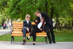 Молодые бизнесмены с компьтер-книжкой Стоковая Фотография RF