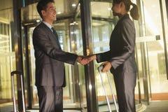 Молодые бизнесмены handshaking вне офиса Стоковое фото RF