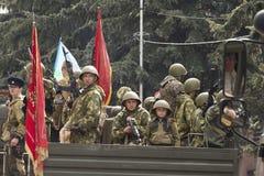 Молодые бойцы военизированного столбца воинского оборудования o стоковое фото