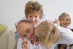 Молодые братья играя с отцом Стоковое Изображение RF