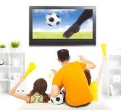 Молодые вентиляторы выкрикивая и пока наблюдающ игра футбола Стоковые Изображения