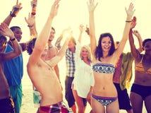 Молодые взрослые имея партию пляжа в лете стоковое изображение rf