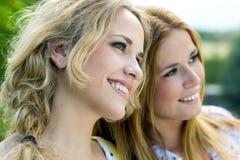 Молодые взрослые сестры на парке Стоковое Изображение RF
