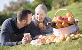 Молодые взрослые с яблоками Стоковое Фото